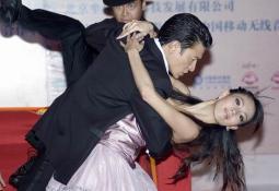 大秀舞技与美女热吻